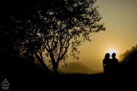 夫妇在婚礼前肖像日出时的Boituva剪影