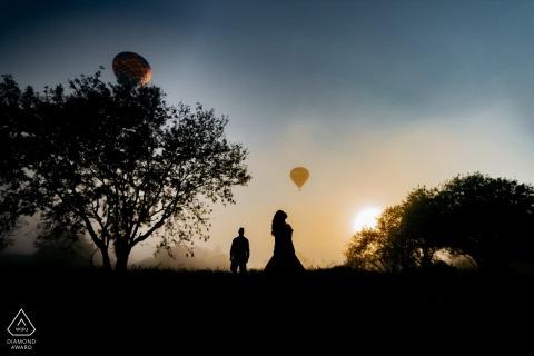 订婚拍摄期间夫妇在日出和气球在背景中的Boituva剪影