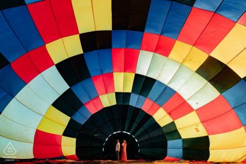 Boituva的订婚肖像与背景中的气球图案