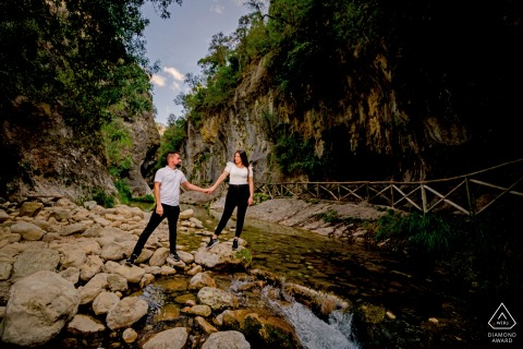 Cazorla, Jaén engagement couple portraits on the river rocks by the wooden walkway