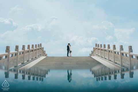 Fujian Zhangzhou pre-huwelijksportret voor een stel op de brug met een glazen reflectie eronder