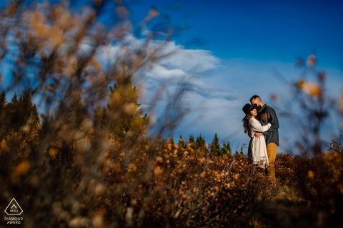 布雷肯里奇,CO日出秋季會議在藍天下的山訂婚肖像