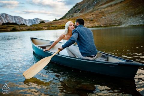 Keystone, CO-Paar, das zusammen in einem kleinen Kanu mit Paddeln auf dem Wasser schwimmt