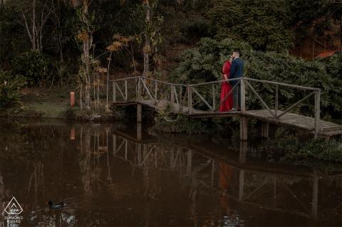 Paar Verlobungsfoto auf einer hölzernen Brücke über dem Wasser bei Santa Teresa, Espírito Santo - Brasilien
