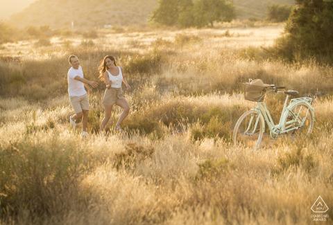 Águilas - Spanien Verlobungsfoto-Shooting mit einem Paar zu Fuß, einem Fahrrad und Liebe