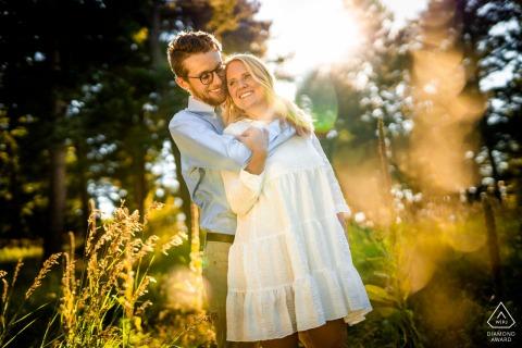 Paar umarmen sich während ihrer Verlobungssitzung im Meyer Ranch Park in Morrison, Colorado