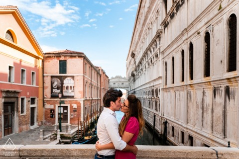 Venice, Italy prewedding couple portraits with a Kiss at Ponte dei Sospiri