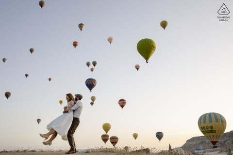 Séance de pré mariage en Cappadoce au lever du soleil avec des montgolfières en vol