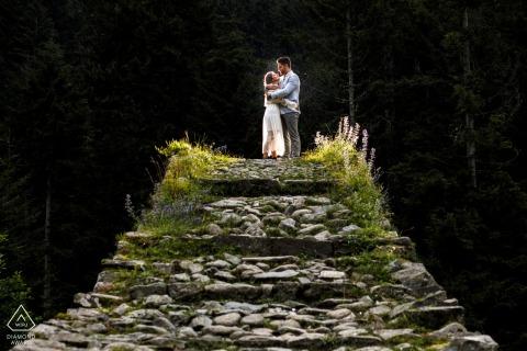 Rize, photo de mariage avant la Turquie sur une tour de pierres avec lumière