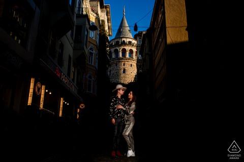Istanbul, session de mariage avant Galata avec un couple s'amusant dans la lumière du soleil de l'après-midi avec des bâtiments