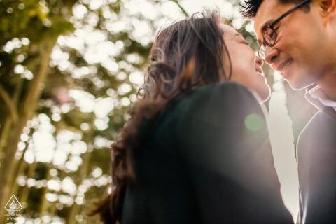 Foto previa a la boda en San Francisco de una pareja comprometida tan enamorada