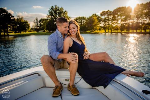 Maryland Eastern Shore fotografía de una pareja posando en un barco durante su sesión de compromiso cerca del atardecer