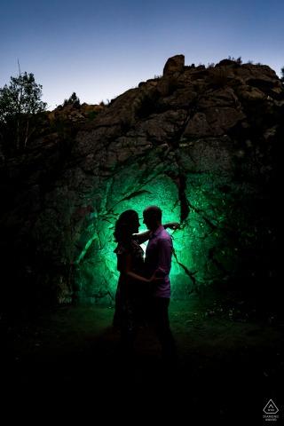 CO-fotosessie vóór het huwelijk met een verloofd stel in Lair O the Bear Park, Idledale, afgetekend voor een in kleur gegeleerde rotswand