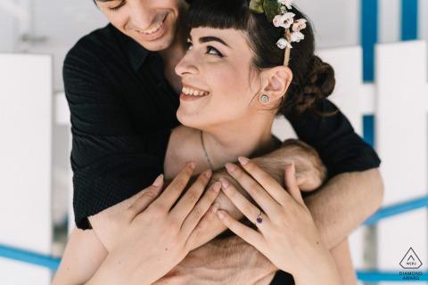 Postitano-verlovingsportret met een geposeerd stel dat samen een intieme knuffel heeft