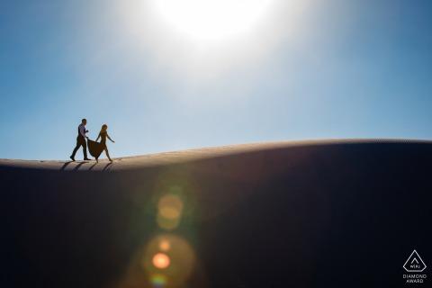 Ein texanischer Hochzeitsfotograf, der für ein Paar am White Sands National Monument arbeitet