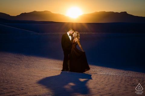 Formelle TX Vorhochzeitsporträtsitzung mit engagierten Liebhabern bei Sonnenuntergang am White Sands National Monument
