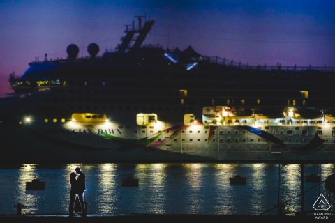 Siracusa pre-wedding night photo session with an engaged couple at the ending summer