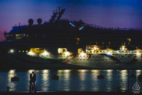 锡拉库扎(Siracusa)婚礼前夕与一对订婚夫妇在夏季结束前合影