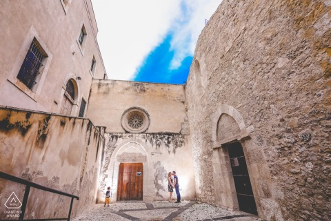 锡拉库扎(Siracusa)在春季西西里岛与订婚的恋人举行婚礼前肖像照会