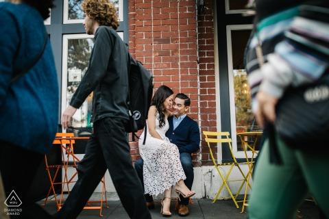 Sesión de fotos previa a la boda en San Francisco con una pareja de novios en el café de la calle en San Francisco, California, con un brunch de amor durante el día