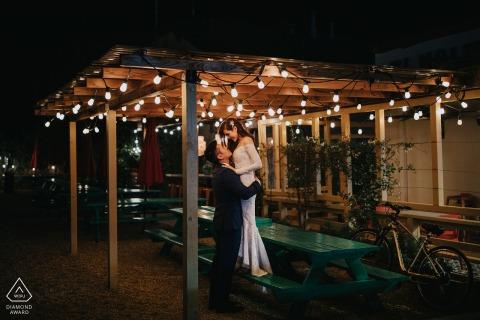 Sesión de retratos de boda previa a CA con amantes comprometidos en Napa, California, en una parada al estilo Taqueria