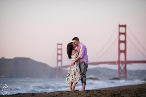 Sesión de retratos de bodas de California con amantes comprometidos en el puente Golden Gate de San Francisco