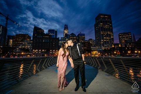 Sesión de fotos de compromiso de San Francisco y sesión previa a la boda por la noche en California con un paseo por el muelle 5