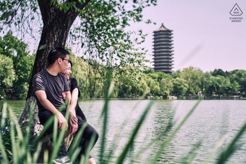 Pre-huwelijks- en verlovingsfotografie in Peking vanaf het water aan de universiteit van Peking, China
