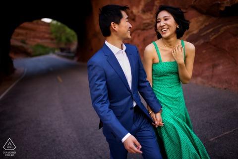 Colorado Fotoshooting & Vorhochzeitssitzung im Red Rocks Amphitheater während ihrer Verlobungssitzung mit einem gemeinsamen Lachen