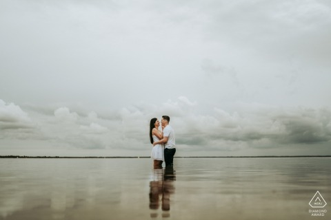 FR pre wedding and engagement photography at Lac de Cazaux France with a couple feet in the water