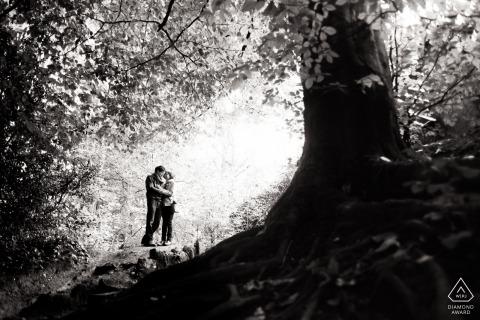 Sessão de fotos de noivado na Inglaterra e sessão pré-casamento em preto e branco em Ecclesall Woods of Sheffield