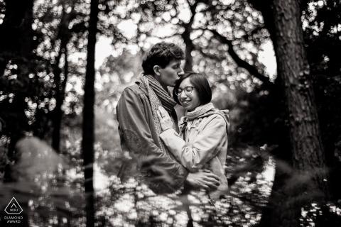 Séance photo d'engagement au Royaume-Uni dans les arbres d'Ecclesall Woods, Sheffield