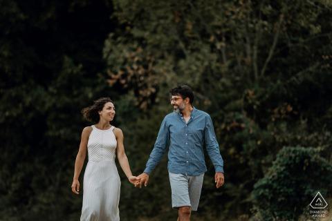 Pre-huwelijks- en verlovingsfotografie in Frankrijk met hun liefdesessie op het platteland van Lyon, een paar maanden voor hun huwelijk