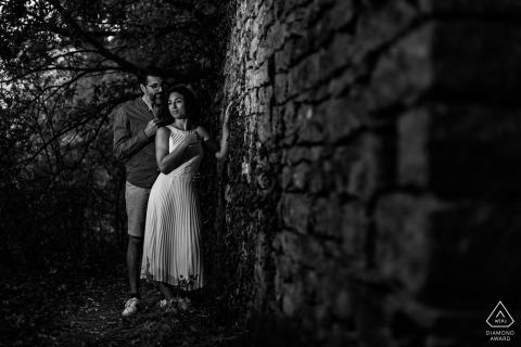 Verlovingsfotoshoot Frankrijk in Lyon tijdens een Love-sessie op het platteland van Lyon, een paar maanden voor hun huwelijk