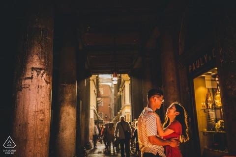 Fotografía previa a la boda y el compromiso en Italia con una luz suave a cubierto en Venecia