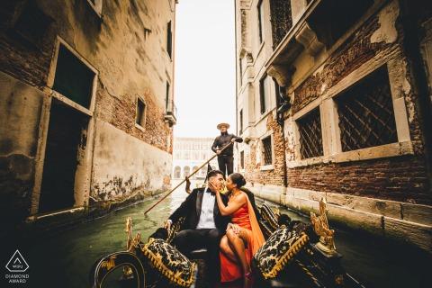 Sesión de fotos de compromiso de Italia en taxi acuático en Venecia