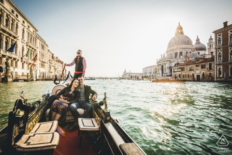 Sesión de fotos previa a la boda en Italia con una pareja de novios montados en un barco en las aguas de Venecia