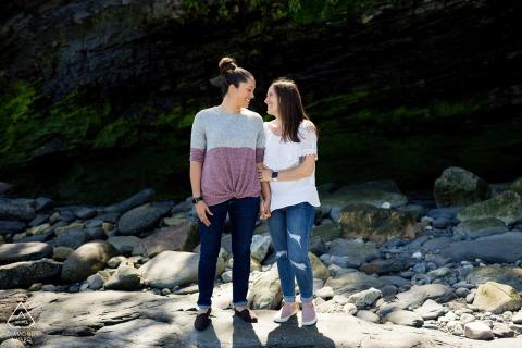 Sesja zaręczynowa RI i sesja przedślubna z parą na skałach w Newport, Rhode Island