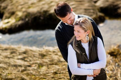MA przedślubna sesja zdjęciowa z narzeczoną w Cohasset w stanie Massachusetts nad oceanem