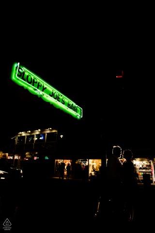 Sesión de fotos de compromiso de noche de FL y sesión previa a la boda en Sloppy Joe's Bar