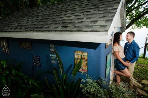 Fotografía previa a la boda y el compromiso de FL usando una toma de la pareja en el cobertizo de Lake Placid Florida