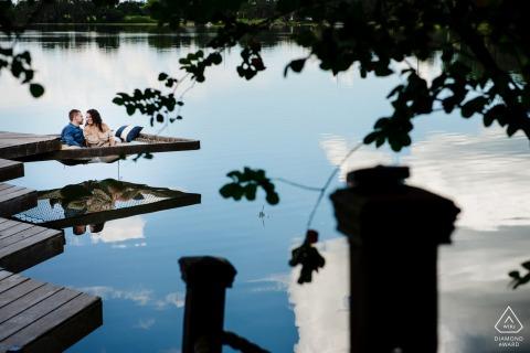 Sesión de fotos de compromiso de agua en Lake Placid con una toma de pareja junto al lago