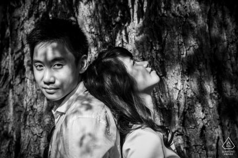 新婚夫妇在马萨诸塞州波士顿的一棵树下互相倚靠的情况下,从马萨诸塞州波士顿波士顿的婚礼和订婚摄影