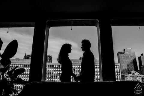 纽约订婚照片拍摄,一对夫妇手牵着手在纽约市的公寓里