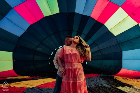 A São Paulo wedding photographer made this portrait of a Boituva couple inside the hot air balloon