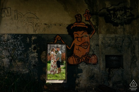 Pre wedding photography showing a Boituva couple framed in graffiti