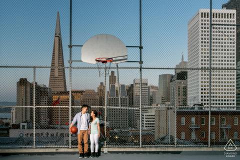 Chinatown, San Francisco CA Diario de baloncesto de pareja durante una sesión de retrato antes del matrimonio