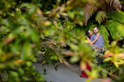 Retratos de pareja en el Jardín Botánico de Berkeley, California durante una sesión de compromiso previa al matrimonio