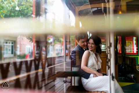 Ghirardelli Square, San Franciso, California Pareja disfruta de un minuto dentro del Street Car de SF durante una sesión previa al matrimonio
