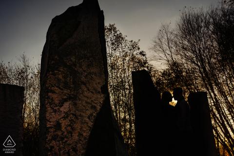 b & w gronden voor sculptuur creatieve pre-wed portretsessie in New Jersey met een silhouet bij zonsondergang